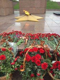 Церемония возложения цветов в честь Дня Победы